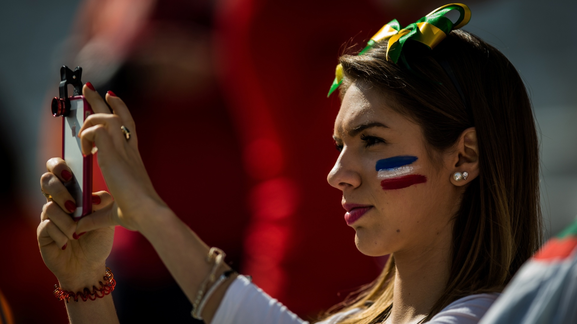 Torcedora holandesa tira fotos antes da partida contra o Chile no Itaquerão
