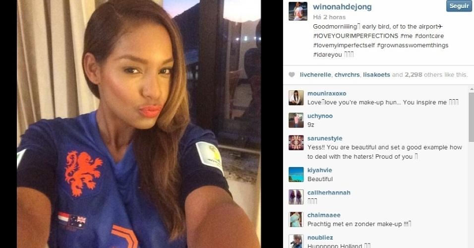 Winonah De Jong acordou cedo e já se vestiu com as cores da Holanda para torcer pelo marido no jogo desta segunda-feira
