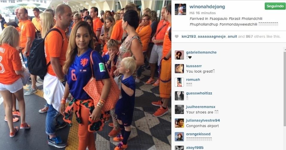 Winonah De Jong acordou cedo e já se vestiu com as cores da Holanda para torcer pelo marido no jogo desta segunda-feira. Na imagem, sua chegada a São Paulo para ir ao Itaquerão