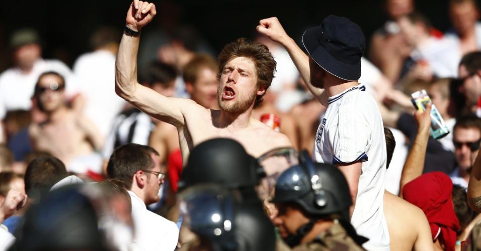 24.jun.2014 - Torcedores ingleses cantam no Mineirão mesmo com eliminação precoce da Inglaterra na Copa do Mundo