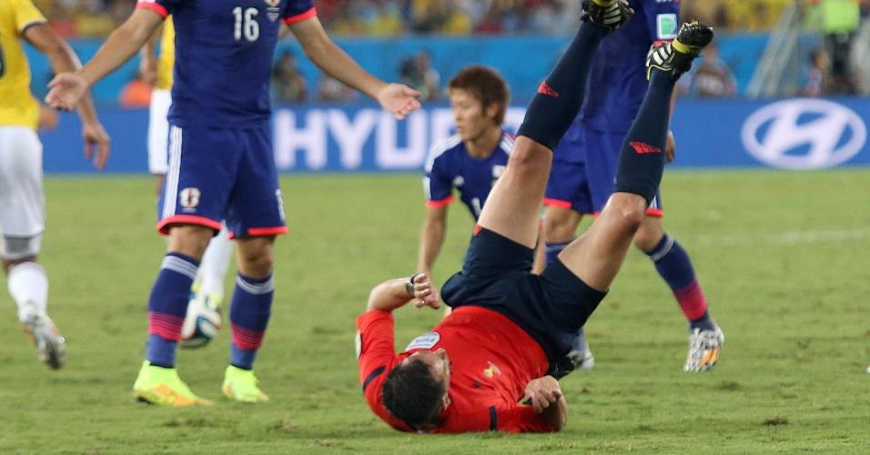 24.jun.2014 - Árbitro português Pedro Proença cai no gramado durante a partida entre Japão e Colômbia, na Arena Pantanal