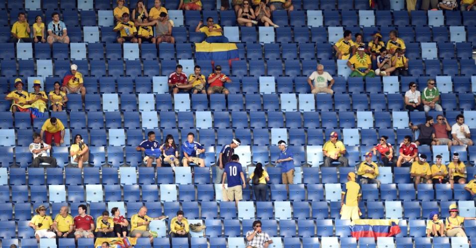 24.jun.2014 - Arquibancada da Arena Pantanal não estava completamente cheia no primeiro tempo da partida entre Japão e Colômbia