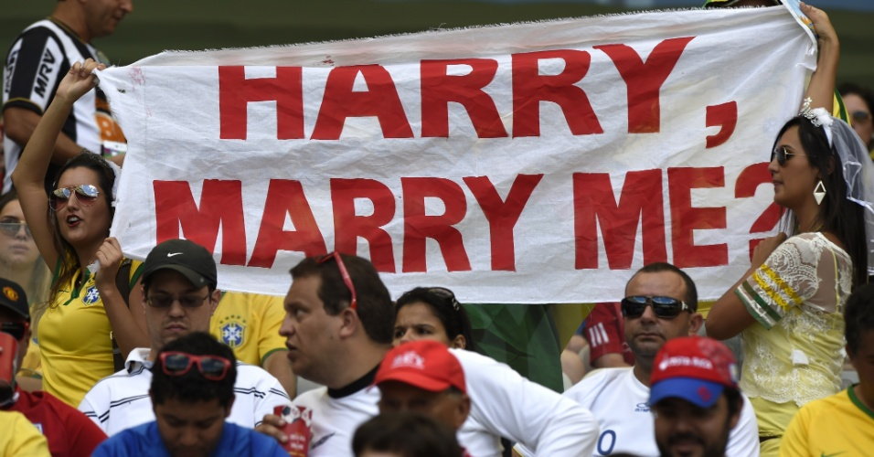 Brasileira pede o príncipe Harry em casamento; ele marcou presença durante o jogo entre Inglaterra e Costa Rica, no Mineirão