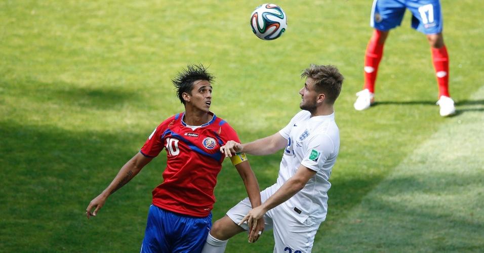 Bryan Ruiz, da Costa Rica, e o inglês Luke Shaw disputam a bola pelo alto