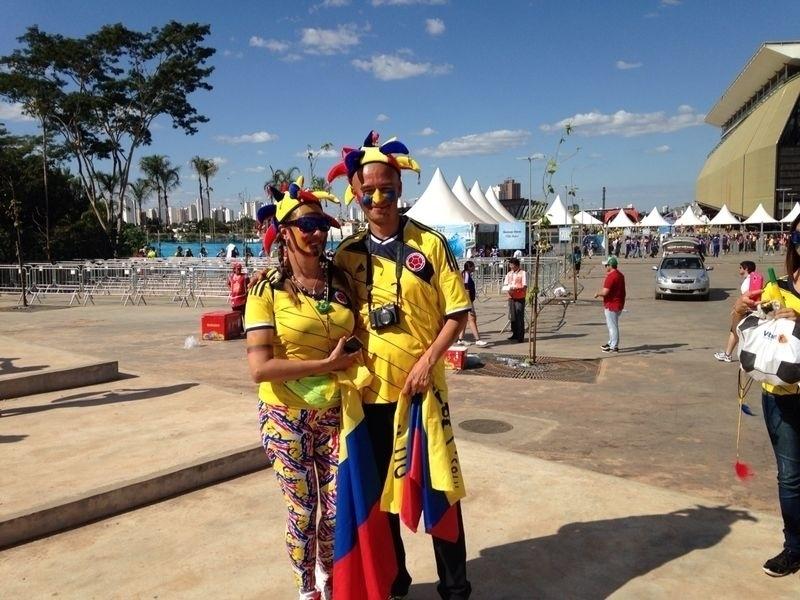 24.jun.2014 - Casal colombiano chega à Arena Pantanal para acompanhar a partida contra o Japão