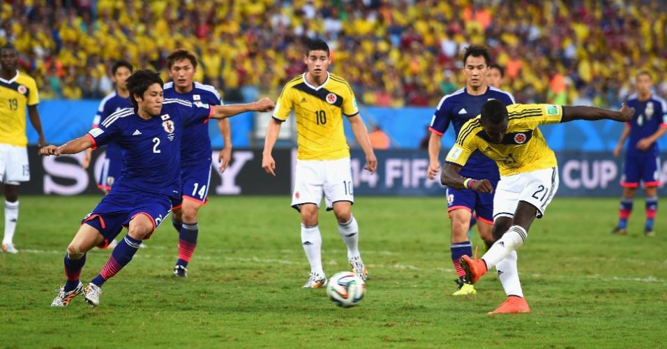 24.jun.2014 - Colombiano Jackson Martinez finaliza e marca o segundo contra o Japão, na Arena Pantanal