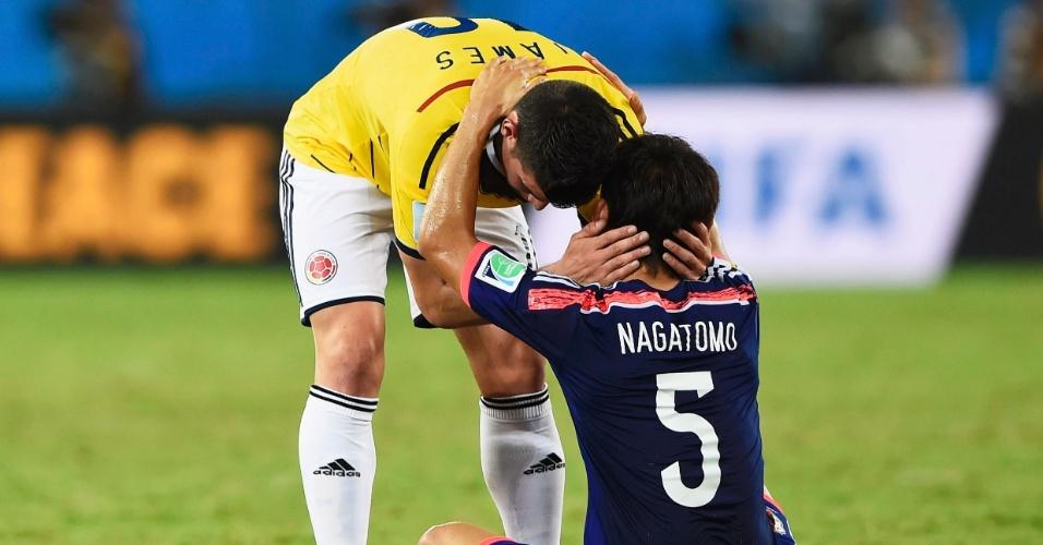 24.jun.2014 - Colombiano James Rodriguez consola o japonês Yuto Nagatomo depois da vitória dos sul-americanos por 4 a 1 na Arena Pantanal