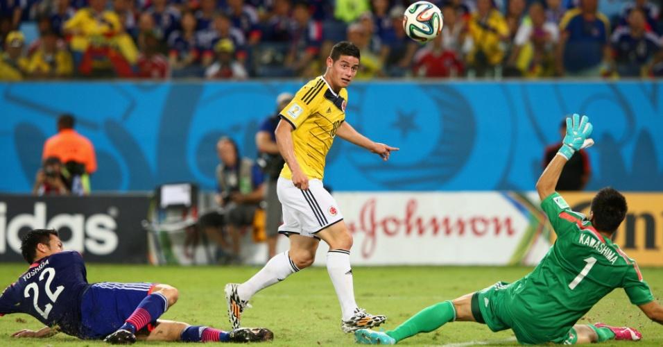 24.jun.2014 - Colombiano James Rodriguez deixa japonês no chão e toca por cima do goleiro para fechar a vitória por 4 a 1 da Colômbia, na Arena Pantanal