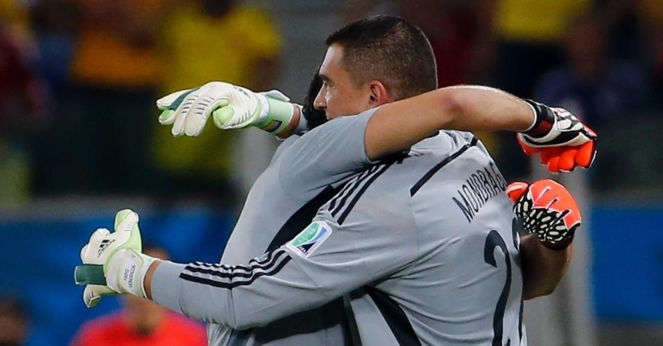 24.jun.2014 - Colombiano Mondragon entra no final do segundo tempo e se torna o jogador mais velho a atuar em uma Copa do Mundo, com 43 anos