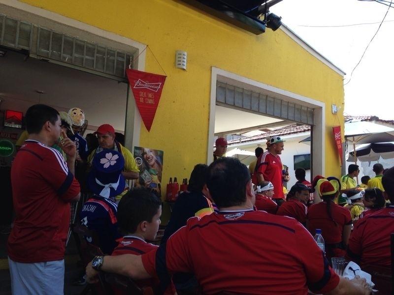 24.jun.2014 - Colombianos vão para o bar aproveitar os momentos antes da partida contra o Japão, na Arena Pantanal