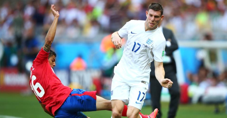 Cristian Gamboa, da Costa Rica, tenta o carrinho para cima de James Milner, da Inglaterra