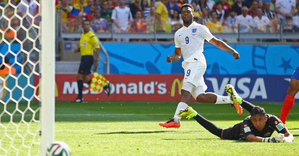 Daniel Sturridge chuta para o gol e a bola passa rente à trave no empate em 0 a 0 com a Costa Rica