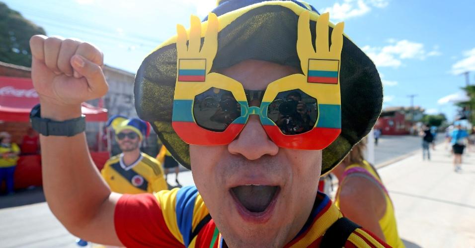 24.jun.2014 - De óculos personalizado, torcedor colombiano esbanja otimismo antes do jogo contra o Japão
