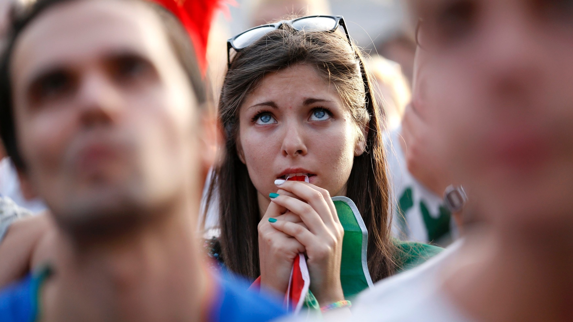 De Roma, italiana morde a bandeira enquanto assiste ao jogo contra o Uruguai