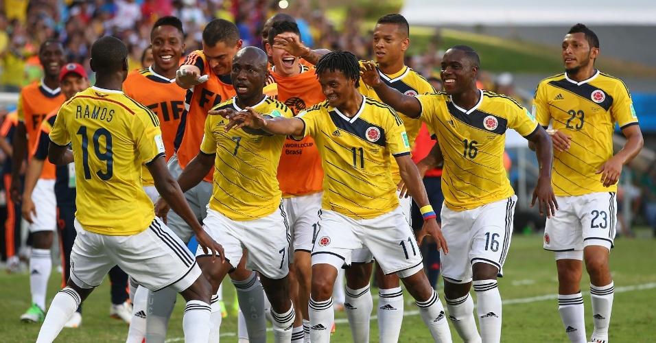 24.jun.2014 - Depois das dancinhas, colombianos continuam inovando na hora de comemorar os gols. Agora, foi o de Cuadrado, contra o Japão