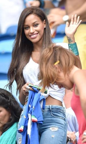 Fanny Neguesha, noiva de Balotelli, chega à Arena das Dunas para assistir ao jogo contra o Uruguai