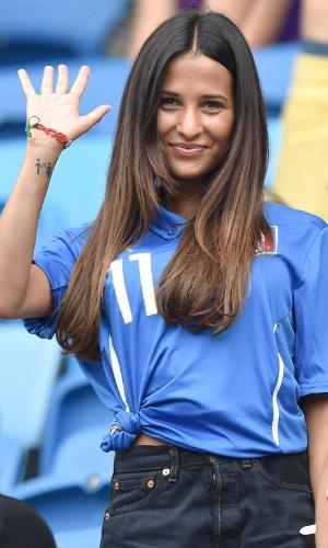 Federica Riccardi, namorada de Alessio Cerci, acena durante o jogo entre Itália e Uruguai na Arena das Dunas