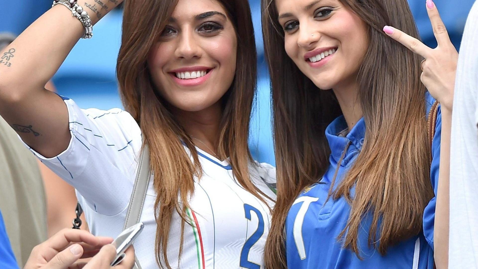 Genoveffa Darone e Jessica Immobile, esposas de Lorenzo Insigne e Ciro Immobile, assistem ao jogo contra o Uruguai na Arena das Dunas, em Natal