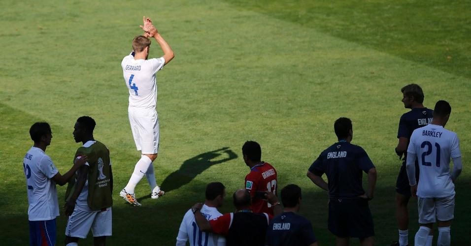 Gerrard aplaude os torcedores depois de entrar por alguns minutos; veterano não conseguiu salvar a equipe do empate em 0 a 0 na despedida dos ingleses da Copa