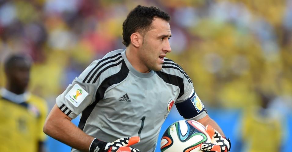 24.jun.2014 - Goleiro colombiano David Ospina foi substituído aos 38min do segundo tempo para dar lugar a Mondragon, jogador mais velho a atuar em uma Copa do Mundo