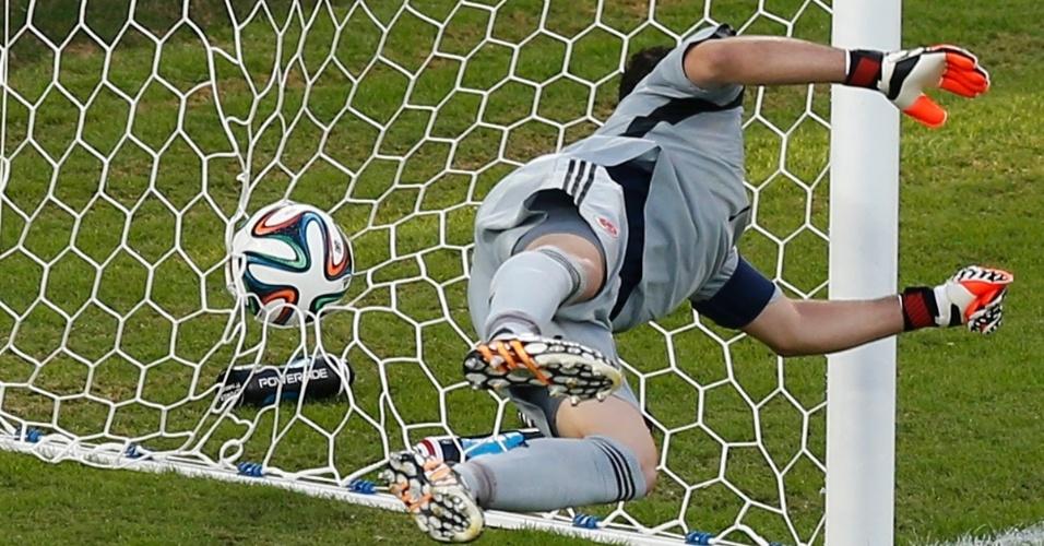 24.jun.2014 - Goleiro colombiano David Ospina se estica, mas não impede o gol do japonês Shinji Okazaki, na Arena Pantanal