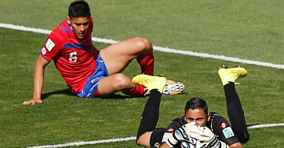 Goleiro da Costa Rica Keilor Navas pega a bola e é observado por companheiro de equipe durante o empate em 0 a 0 contra a Inglaterra