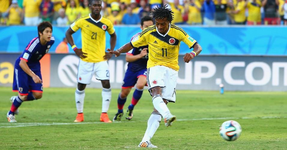 24.jun.2014 - Guillermo Cuadrado cobra pênalti e coloca a Colômbia na frente do placar contra o Japão, na Arena Pantanal