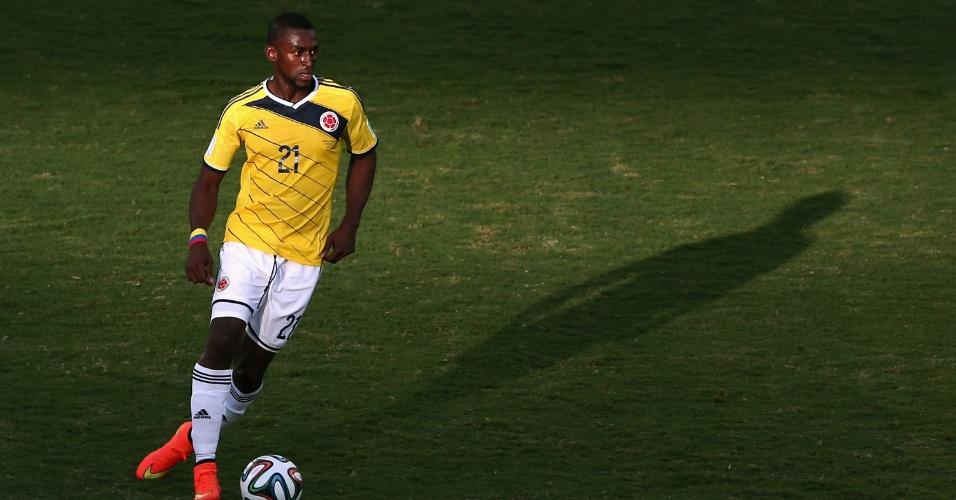 24.jun.2014 - Jackson Martinez, da Colômbia, domina a bola na partida contra o Japão, na Arena Pantanal