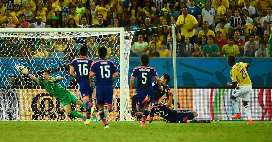 24.jun.2014 - Jackson Martinez finaliza colocado e tira do goleiro japonês Kawashima, na vitória colombiana por 4 a 1, na Arena das Dunas