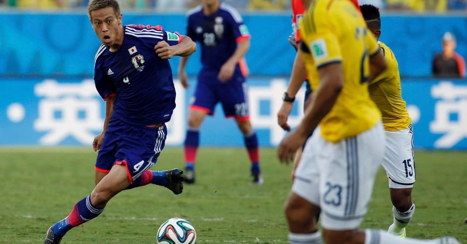 24.jun.2014 - Japonês Honda faz esforço para dominar a bola na partida contra a Colômbia, na Arena Pantanal