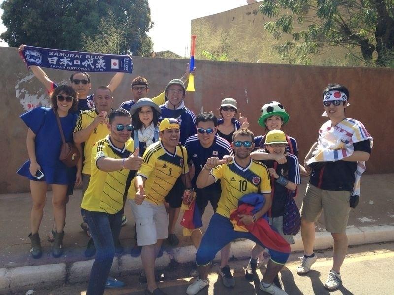 24.jun.2014 - Japoneses e colombianos aproveitam o clima de Copa antes da partida na Arena Pantanal