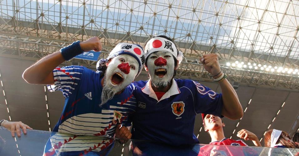 24.jun.2014 - Japoneses não escondem a alegria antes da partida contra a Colômbia, na Arena Pantanal