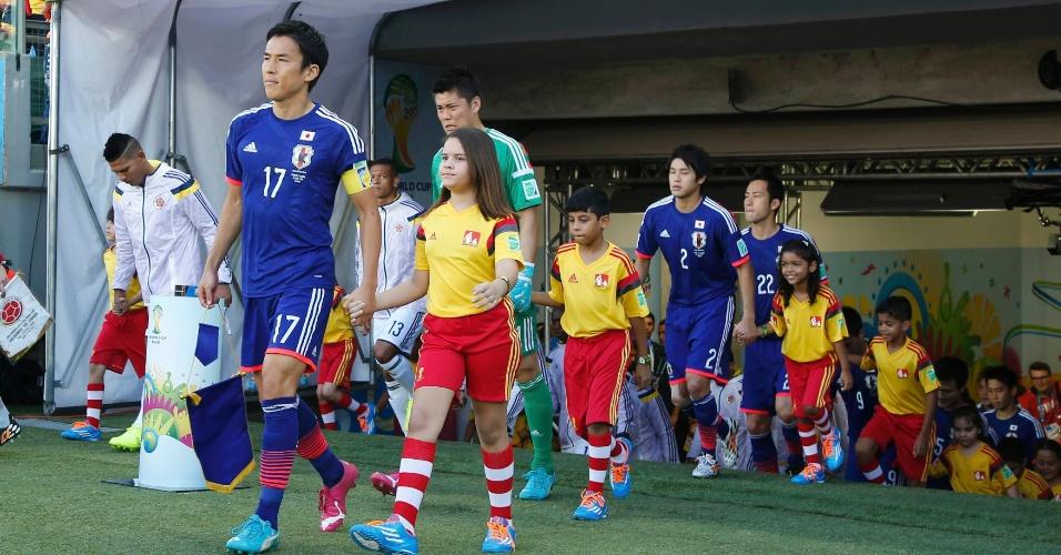 24.jun.2014 - Jogadores de Japão e Colômbia entram em campo para a partida na Arena Pantanal