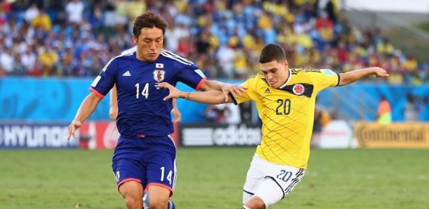 Quintero, da Colômbia, encara a marcação de Aoyama, do Japão, na Arena Pantanal, na Copa do Mundo 2014