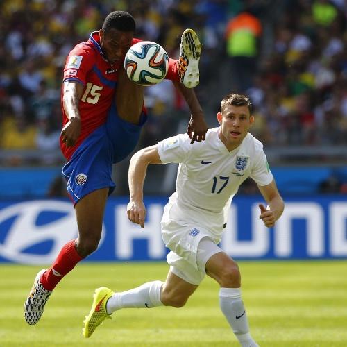 Junior Diaz, da Costa Rica, mostra elasticidade ao tentar dominar bola pelo alto