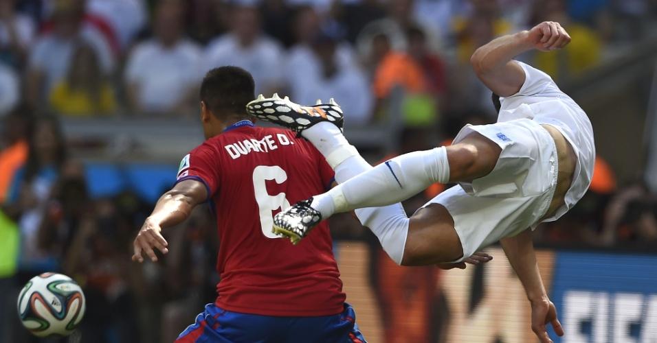 Oscar Duarte, da Costa Rica, e Gary Cahill disputam jogada, e o inglês leva a pior no empate em 0 a 0