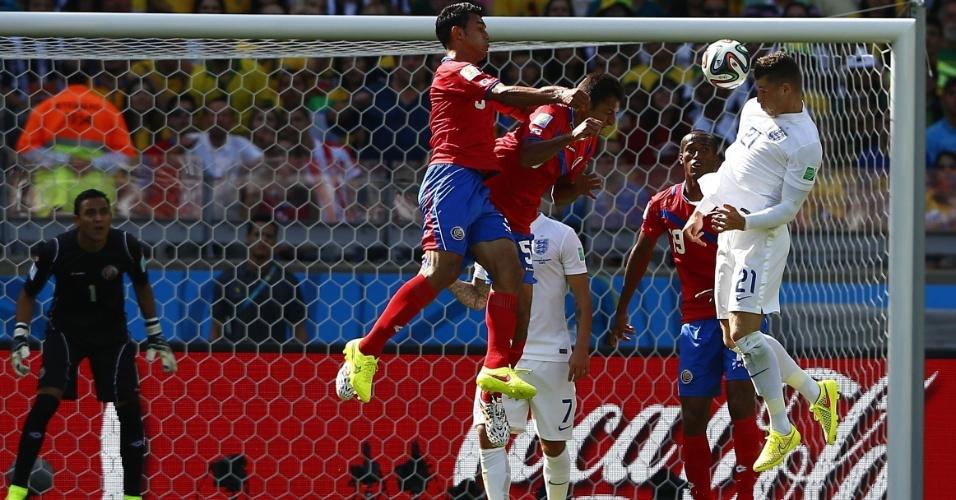 Ross Barkely tenta o cabeceio dentro da área da Costa Rica