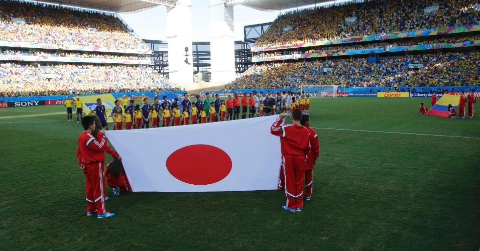 24.jun.2014 - Seleções de Japão e Colômbia ficam perfiladas para a execução dos hinos na Arena Pantanal