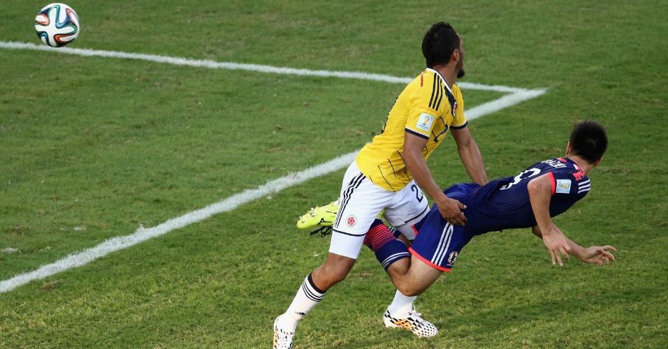 Shinji Okazaki, do Japão, desvia a bola de cabeça e empata o jogo contra a Colômbia, na Arena Pantanal