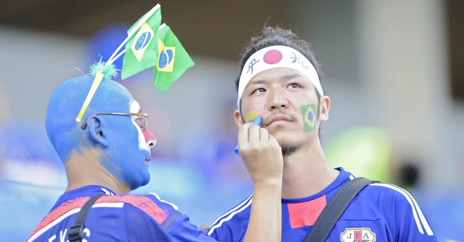 24.jun.2014 - Torcedor japonês pinta o rosto antes do jogo contra a Colômbia, na Arena Pantanal