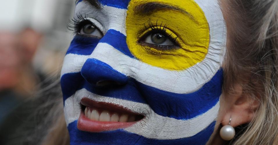 Torcedora uruguaia assiste à vitória contra a Itália em Montevidéu