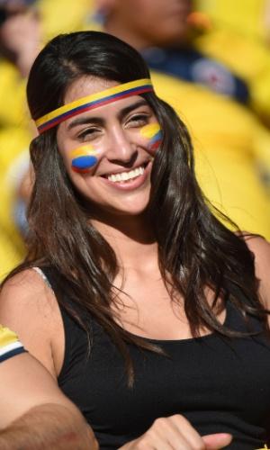 Torcedora vai com faixa e pintura da Colômbia no rosto ao jogo contra o Japão, na Arena Pantanal
