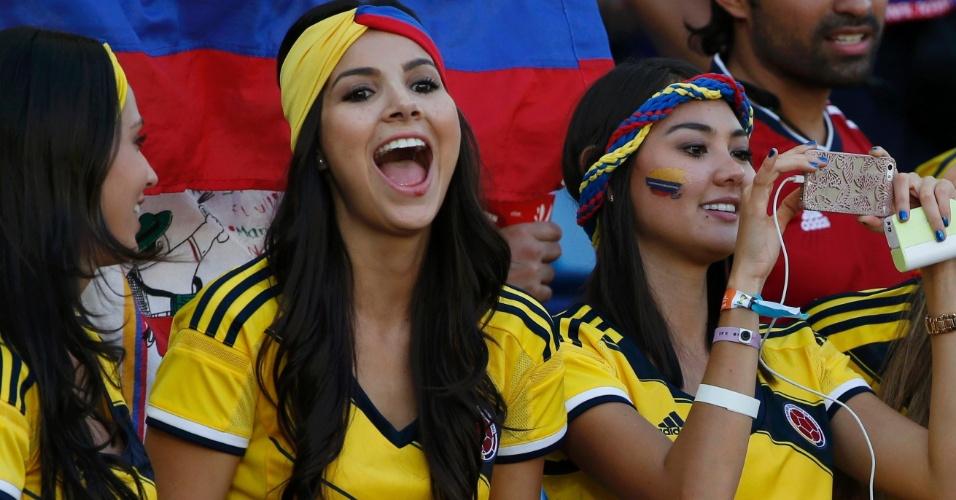 Torcedoras colombianas registram a partida contra o Japão na Arena Pantanal