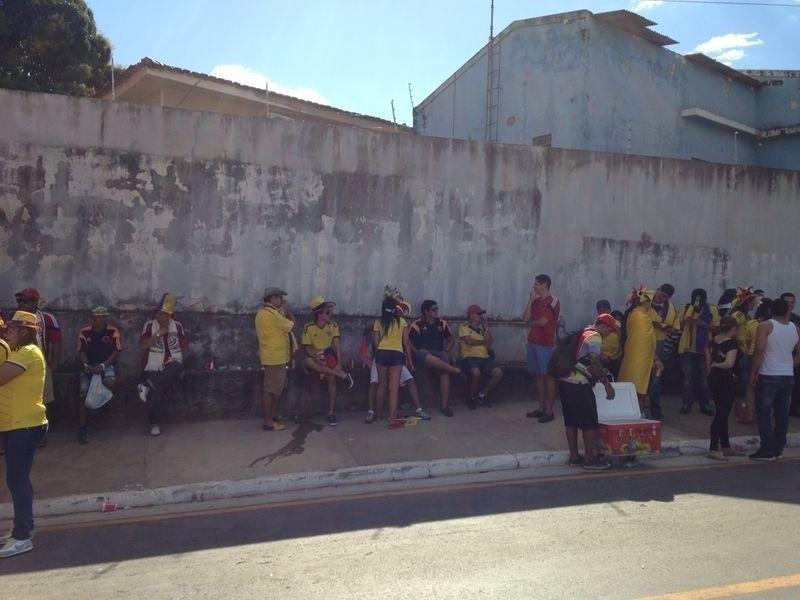 24.jun.2014 - Torcedores da Colômbia aproveitam a sombra para se proteger do sol em Cuiabá, antes do jogo contra o Japão