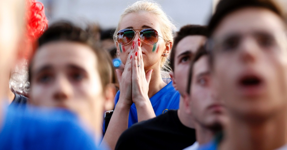 Torcedores em Roma assistem nervosos ao jogo entre Itália e Uruguai