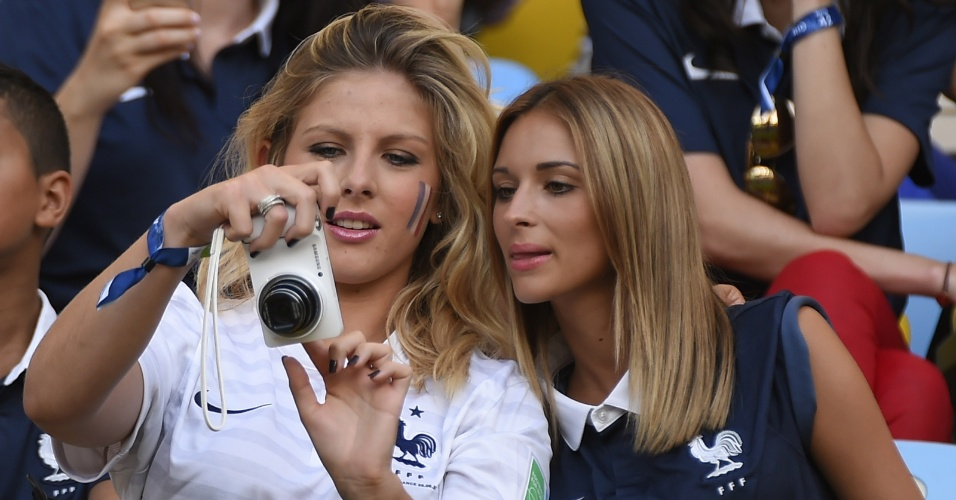 25.jun.2014 - Camille Tytgat (esq.), mulher do zagueiro Raphael Varane, acompanha partida da seleção francesa contra o Equador no Maracanã