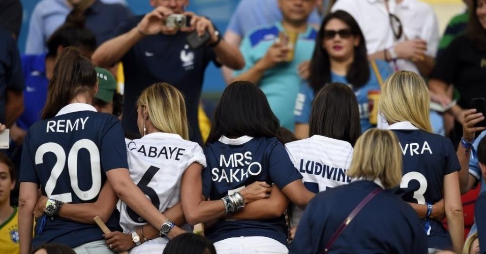 25.jun.2014 - Mulheres dos jogadores franceses Cabaye, Sakho, Sagna, Evra e Remy mostram que estão uniformizadas para torcer para seus maridos