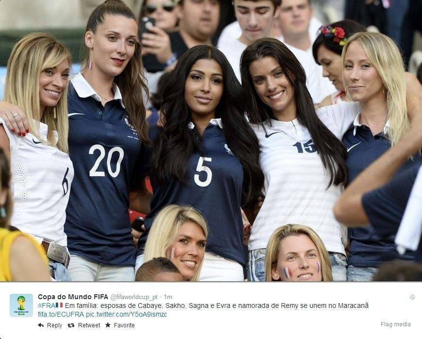 25.jun.2014 -Mulheres dos jogadores franceses Cabaye, Sakho, Sagna, Evra e Remy torcem, juntas, para seus maridos no Maracanã