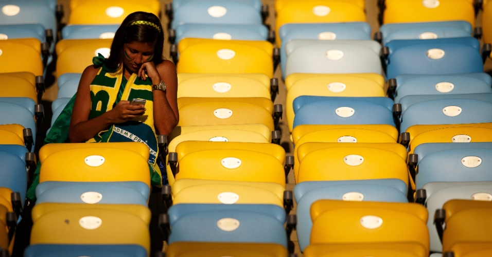 Brasileira chega cedo ao Maracanã para o jogo entre França e Equador