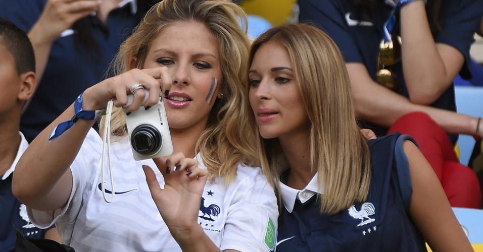 Camille Tytgat (à esq.), namorada do zagueiro francês Raphael Varane, assiste ao jogo contra o Equador no Maracanã
